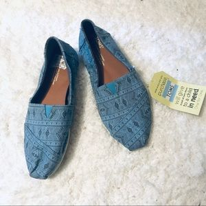 TOMS NWT blue printed slip on canvas shoes